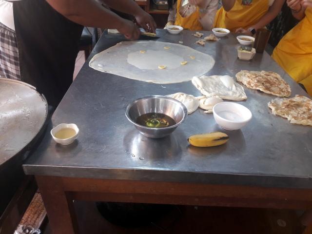 kampung kuala lumpur malaezia lazat cooking school roti canai with bananas